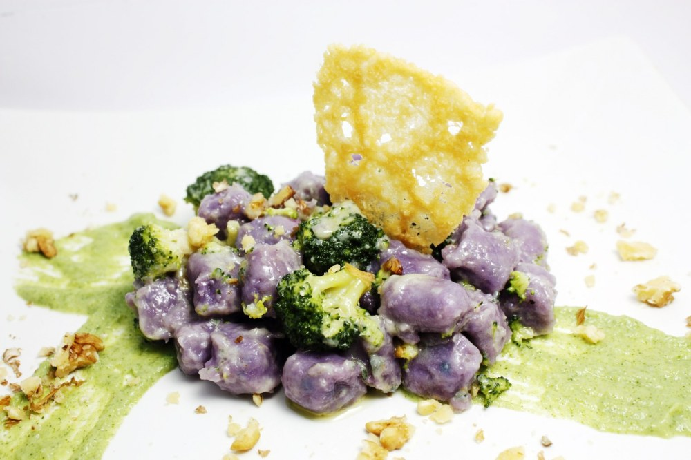 Gnocchi di patate viola con gorgonzola, noci e broccoli
