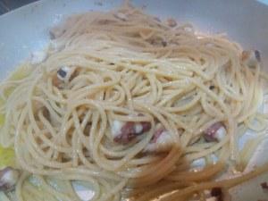 Spaghetti aglio olio e peperoncino con purpu ammuddicato su crema di friarielli