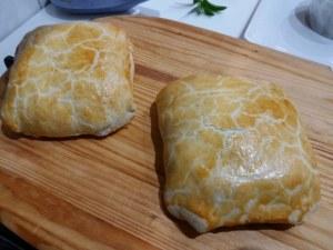 Salmone in crosta di pasta brisè e verza su vellutata di patate e rape rosse