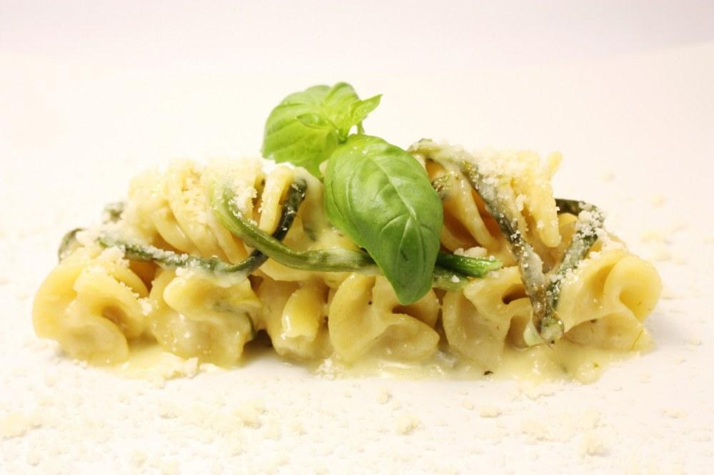 Fusilloni ai quattro formaggi con asparagi selvatici