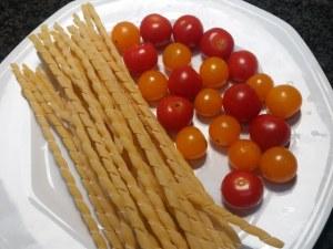 Fusilli al ferretto con pesto di rucola polpo e pomodorini gialli e rossi