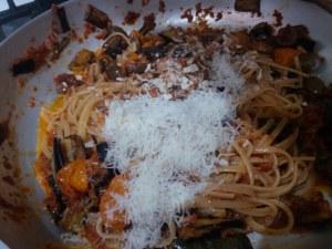 Linguine con pesto di pomodori secchi melanzane pomodori gialli del piennolo confit olive mandorle uvetta e pecorino stagionato