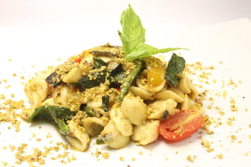 Orecchiette all ortolana con roquefort e crumble al pistacchio
