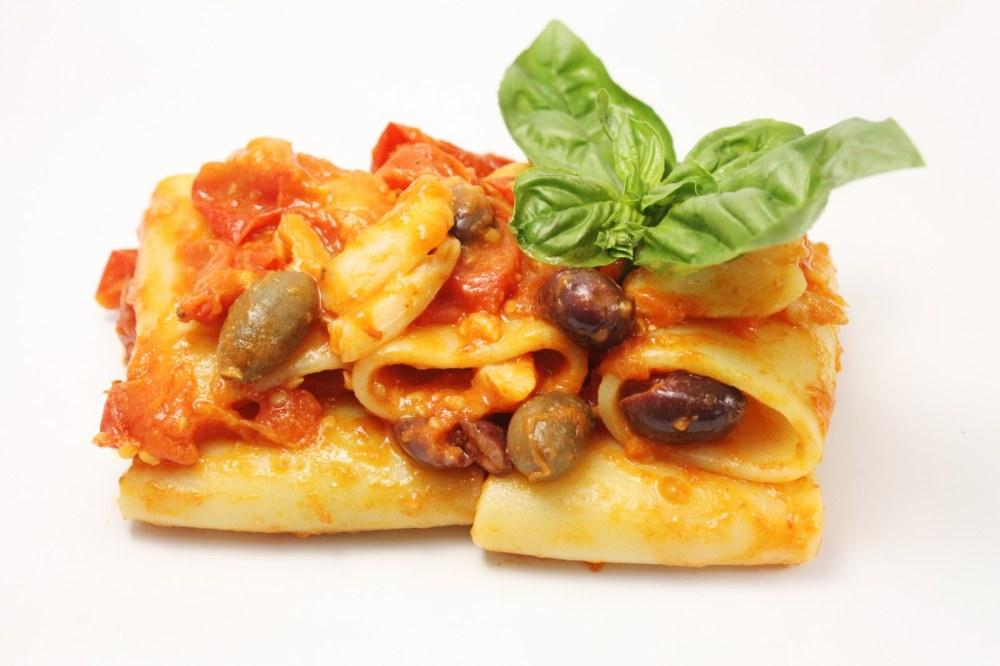 Paccheri con baccala pomodori del piennolo olive nere e cucunci