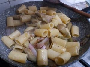 Mezze maniche alla carbonara con carciofi su fonduta di gorgonzola_13