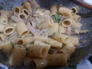 Mezze maniche alla carbonara con carciofi su fonduta di gorgonzola_15