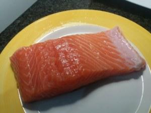 salmone con crumble alla nocciola ed arancia su insalatina di carciofi