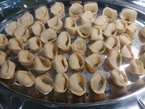 tortelli ripieni di patate e baccala con crema al burro e noci su vellutata di boccoli