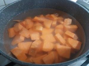 Gnocchi di patate viola con lardo di Pata Negra e carciofi su vellutata di patata americana