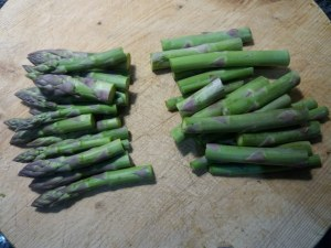Tagliatelle con asparagi olive nere capperi e burrata di bufala