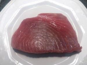 Tagliata di tonno rosso su salsa al curry e crema di piselli freschi