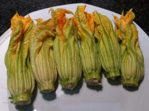 Fiori di zucca in pastella allo zafferano ripieni di ricotta di bufala provola e pesto di pistacchi