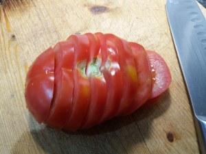Insalata di patate pomodori ed olive verdi con tonno rosso alle erbe cotto a bassa temperatura