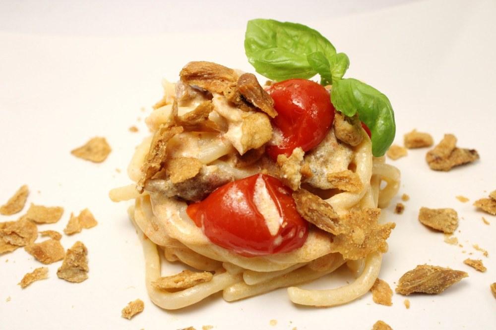 Pici con ciccioli pomodori del piennolo e ricotta di cestino