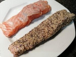 Salmone in crosta di semi di sesamo e di papavero con broccoli di Natale