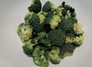 Bucatini con broccoli filetti di acciughe provolone del monaco e mandorle tostate