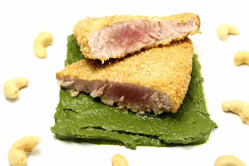 Cotoletta di tonno rosso panata agli anacardi su crema di friarielli