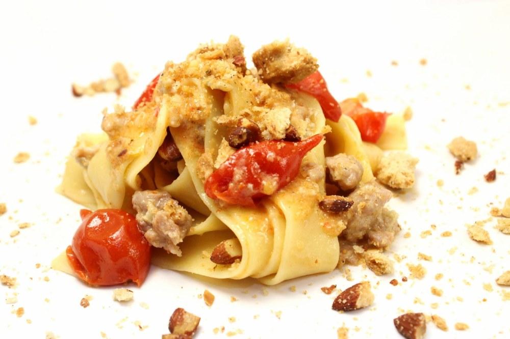 Pappardelle con pomodoro del piennolo gorgonzola salsiccia alla birra e tarallo sbriciolato