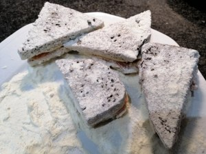 Mozzarella di bufala in carrozza di pane di segale con salmone affumicato e contorno di bietole colorate