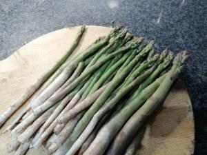 Ravioli ripieni di speck e ricotta con asparagi e crema cacio e pepe