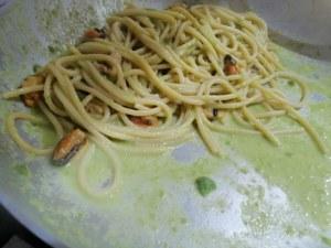 Spaghettone con crema di fave cozze e pecorino