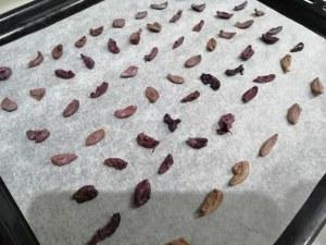 Stoccafisso glassato allo zafferano su vellutata di patate e piselli con terra di olive nere
