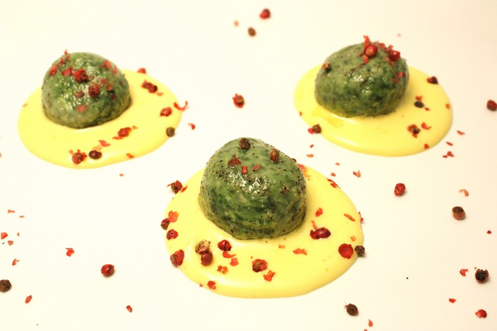 Gnudi di ricotta e spinaci su zabaione salato con pepe rosa