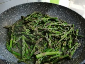 Tagliatelle allo zafferano con carciofi asparagi selvatici e pecorino di fossa