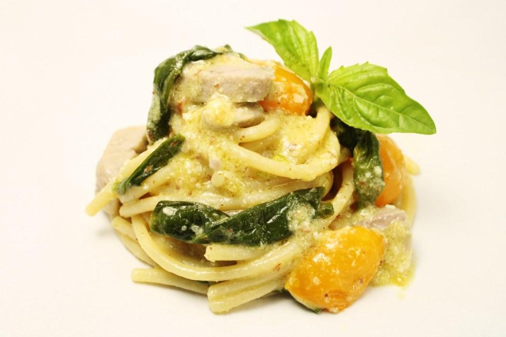 Spaghettoni con pesto di mandorle pomodorino giallo peperoncini verdi e ventresca di tonno