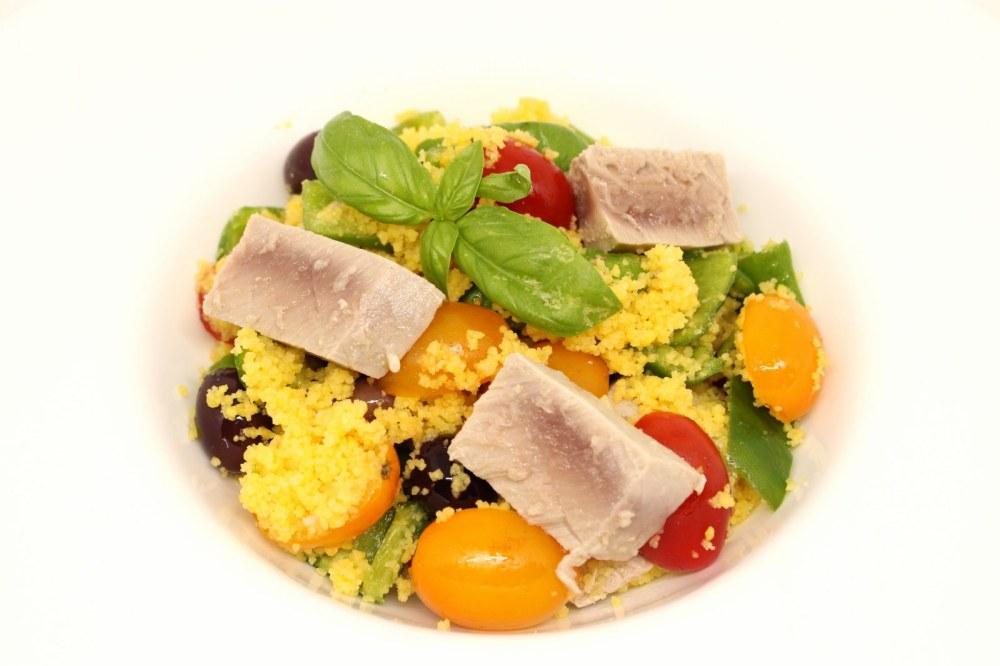 Cous cous di mais con tonno rosso peperoncini verdi datterini gialli e rossi e olive nere