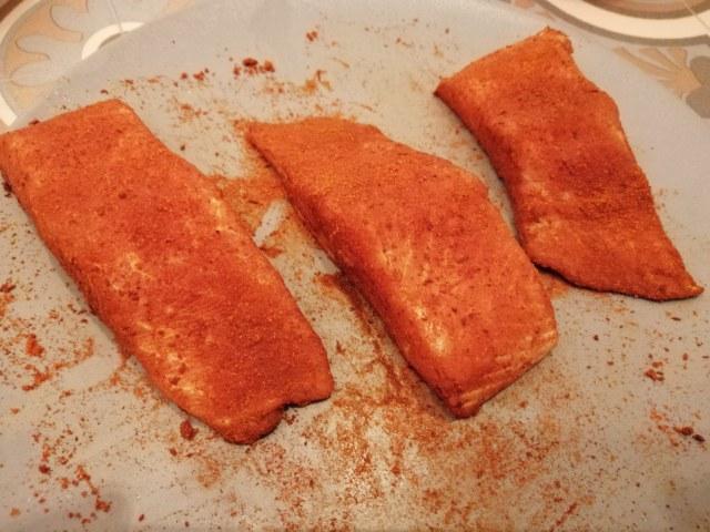 Salmone in tuffo di paprika con crumble di anacardi pure di patate alla curcuma e crema di cime di rapa