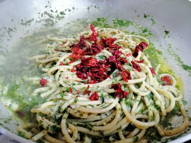 Spaghetti con pesto telline e peperoni cruschi