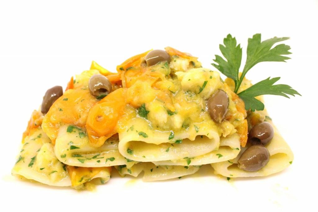 Paccheri con rana pescatrice pomodoro giallo e olive taggiasche