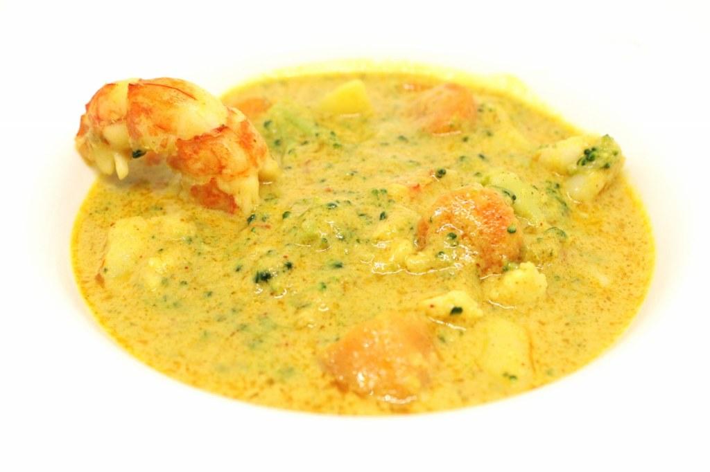 Curry thai di Natale con ortaggi di stagione e gamberi