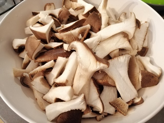Orecchiette con borragine funghi cardoncelli guanciale e pecorino