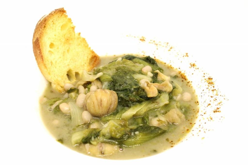 Zuppa di scarole fagioli tondini e castagne con crostini di pane di grano duro