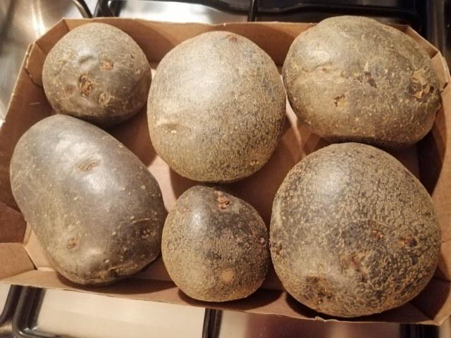 Filetto di tonno in crosta di nocciole su vellutata di patate viola e con cicorino rosso