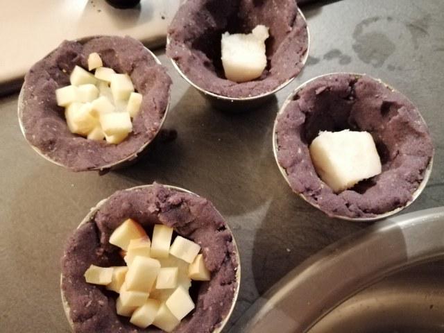 Gateau di patate viola al baccala con la sua crema