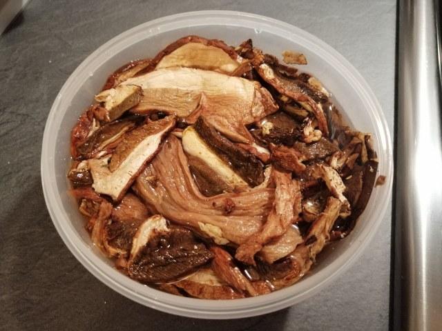 Zuppa di ceci cavolo nero e funghi porcini con stick di pane di segale