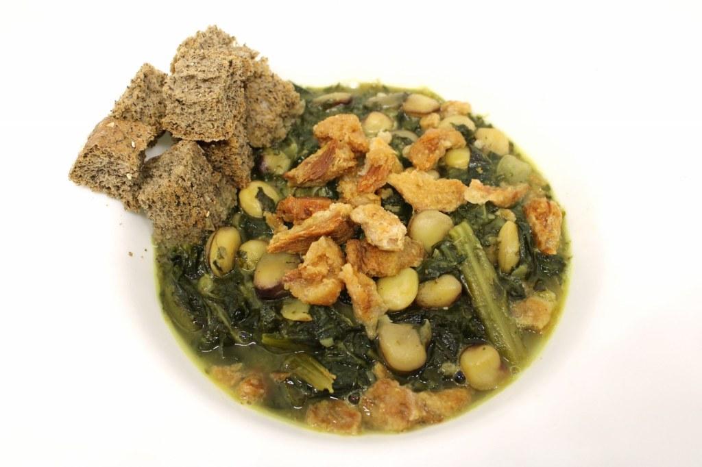Zuppa di cicerchie cicoria con cicoli e crostini di pane di grano saraceno