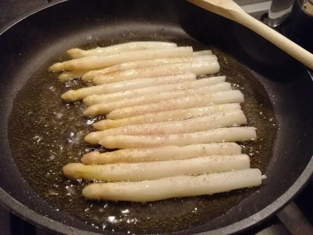Tagliata di filetto di scottona al pepe verde con riduzione di Porto e Shangai di asparagi bianchi in agrodolce