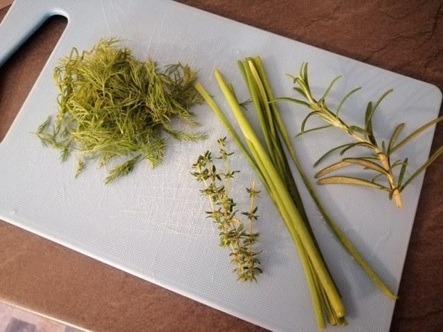 Polpette di storione e feta greca con tzatziki alle erbe aromatiche colorato alla curcuma
