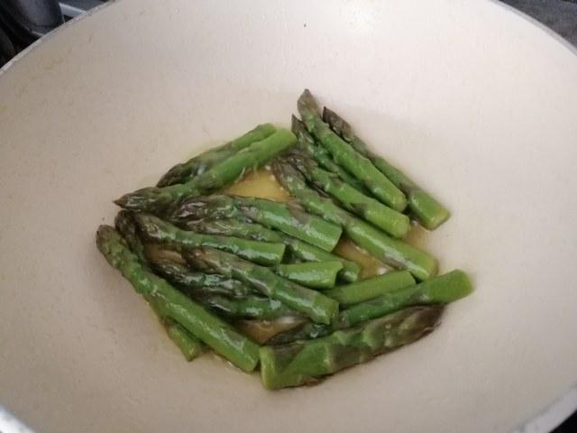 Risotto agli asparagi con vongole e terra di olive taggiasche