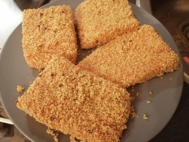 Filetto di salmone in crosta di arachidi e pepe rosa con crema e chips di ravanelli