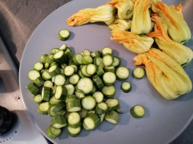Calamaro imbottito di zucchine sulla loro crema e incoronato con chips dei loro fiori