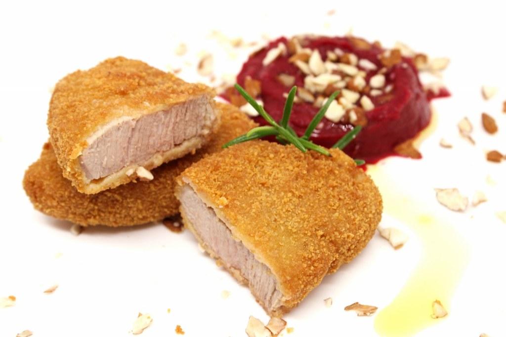 Cotoletta di filetto di vitello con hummus di carote viola e granella di mandorle