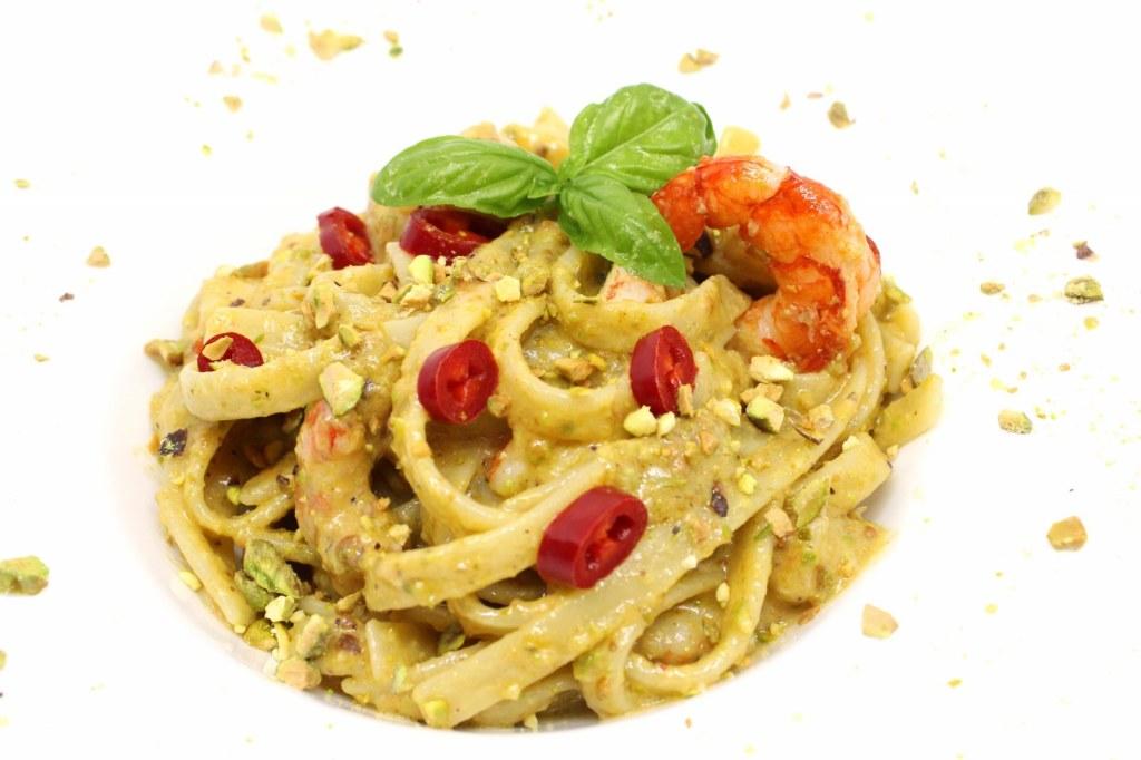 Scialatielli con pesto di pistacchio gamberi e peperoncino fresco