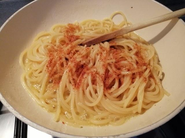 Spaghetti aglio olio e peperoncino con bottarga di tonno su crema di melanzane e menta babaganoush